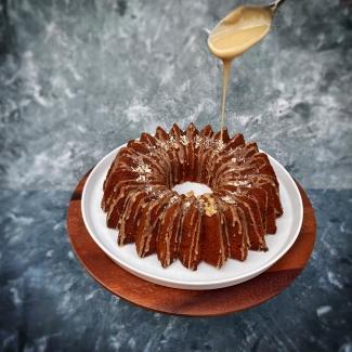 Koffie-pecan cake met koffieglazuur en geraspte chocolade