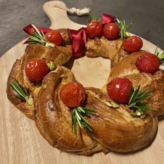 Aperitiefbrood met daslookpesto en kerstomaatjes