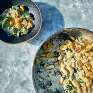 Vegetarische gnocchi schotel met spinazie en champignons